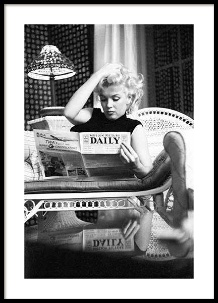 Marilyn Monroe Reading Poster in the group Posters & Prints / Iconic photos at Desenio AB (13584)
